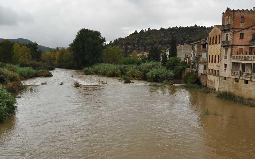 El río Matarraña en Valderrobres durante la mañana del viernes. J. L.