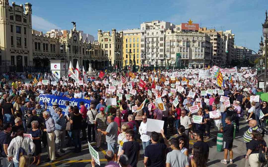 Miles de manifestantes este domingo en Valencia. HERALDO