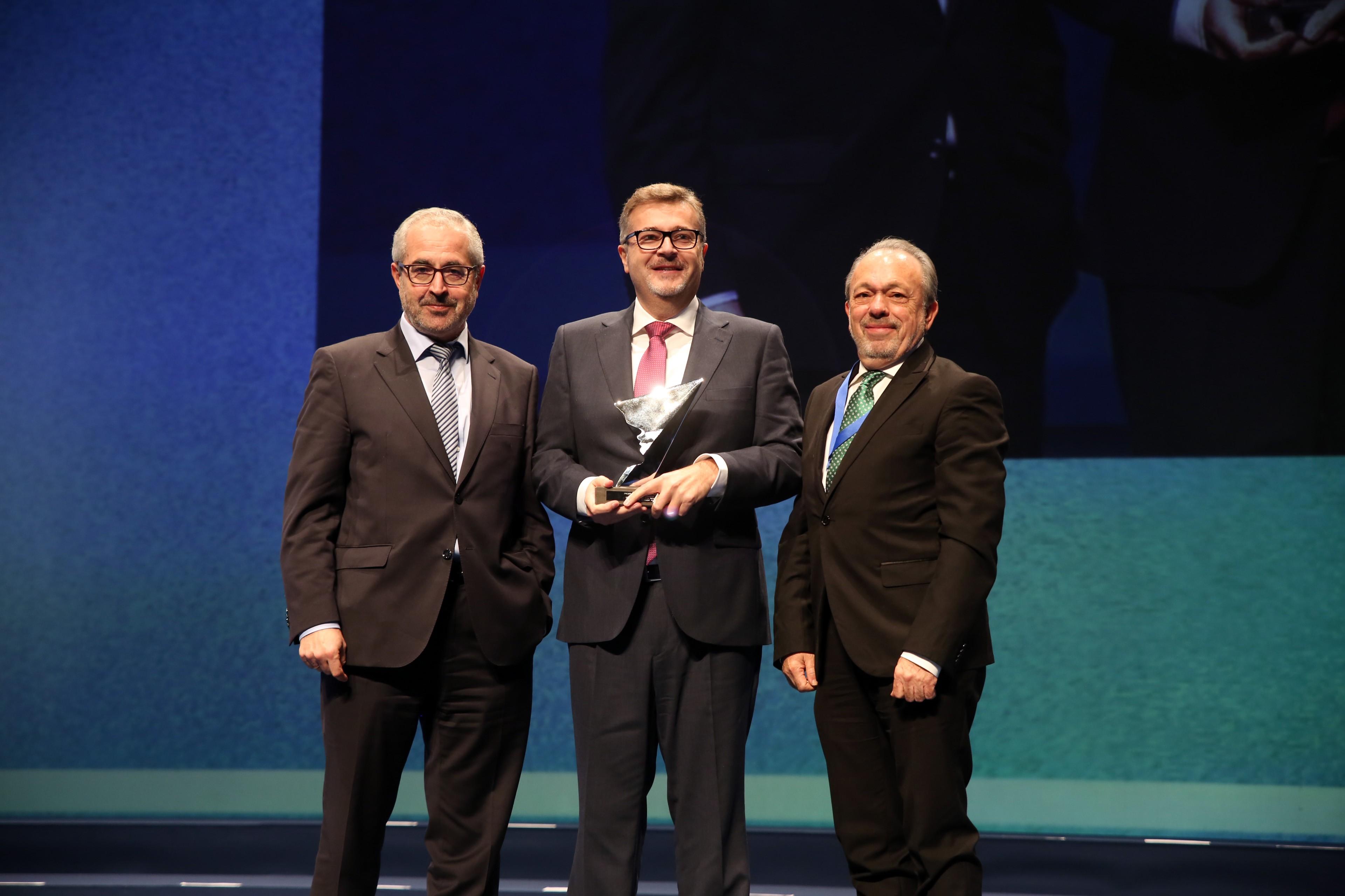 El director del Balneario de Ariño, Pedro Villanueva, recogiendo el premio de ADEA a mejor directivo de Teruel