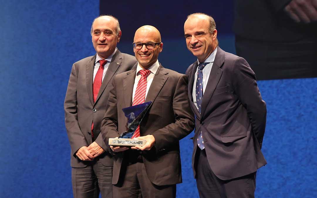 El gerente de Motorland, Santiago Abad, recogiendo el premio de ADEA