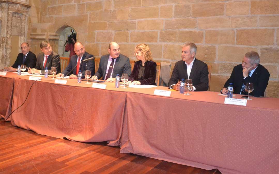 Representantes de los ayuntamientos de Alcañiz y Tortosa, de las Cámaras y de la Generalitat que intervinieron en el acto