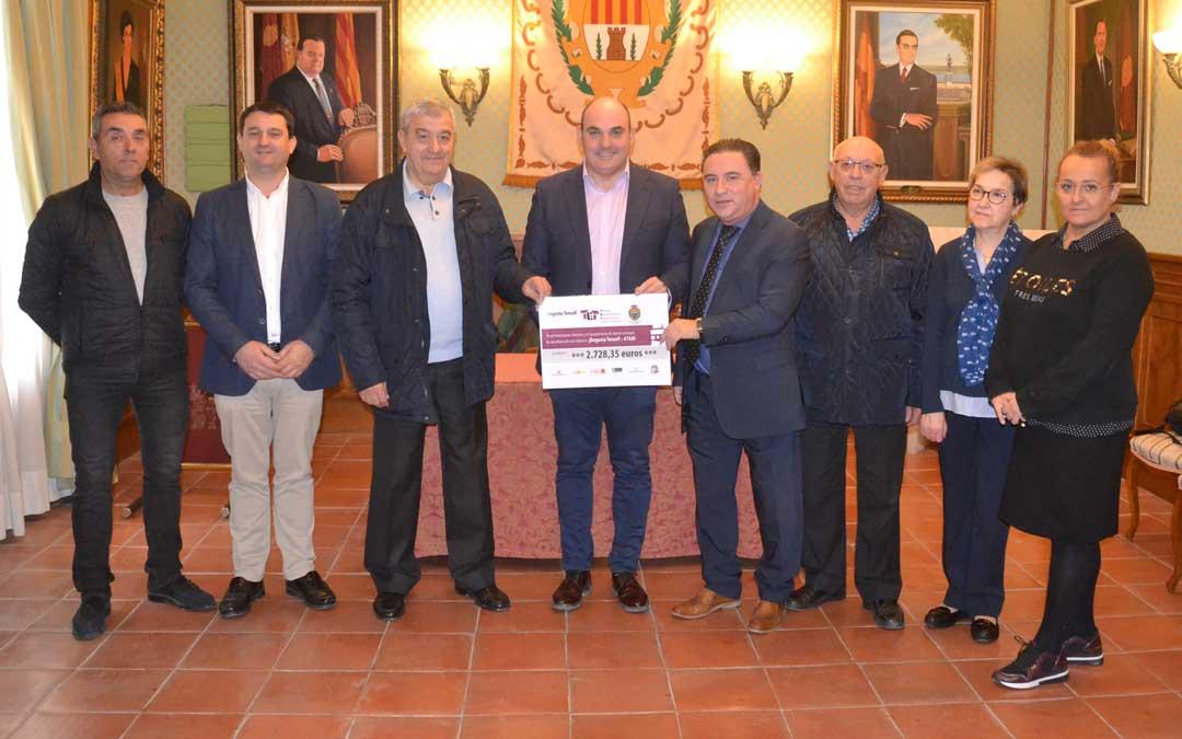 Foto de familia de la entrega del cheque de Degusta Teruel. Firma: L. Castel