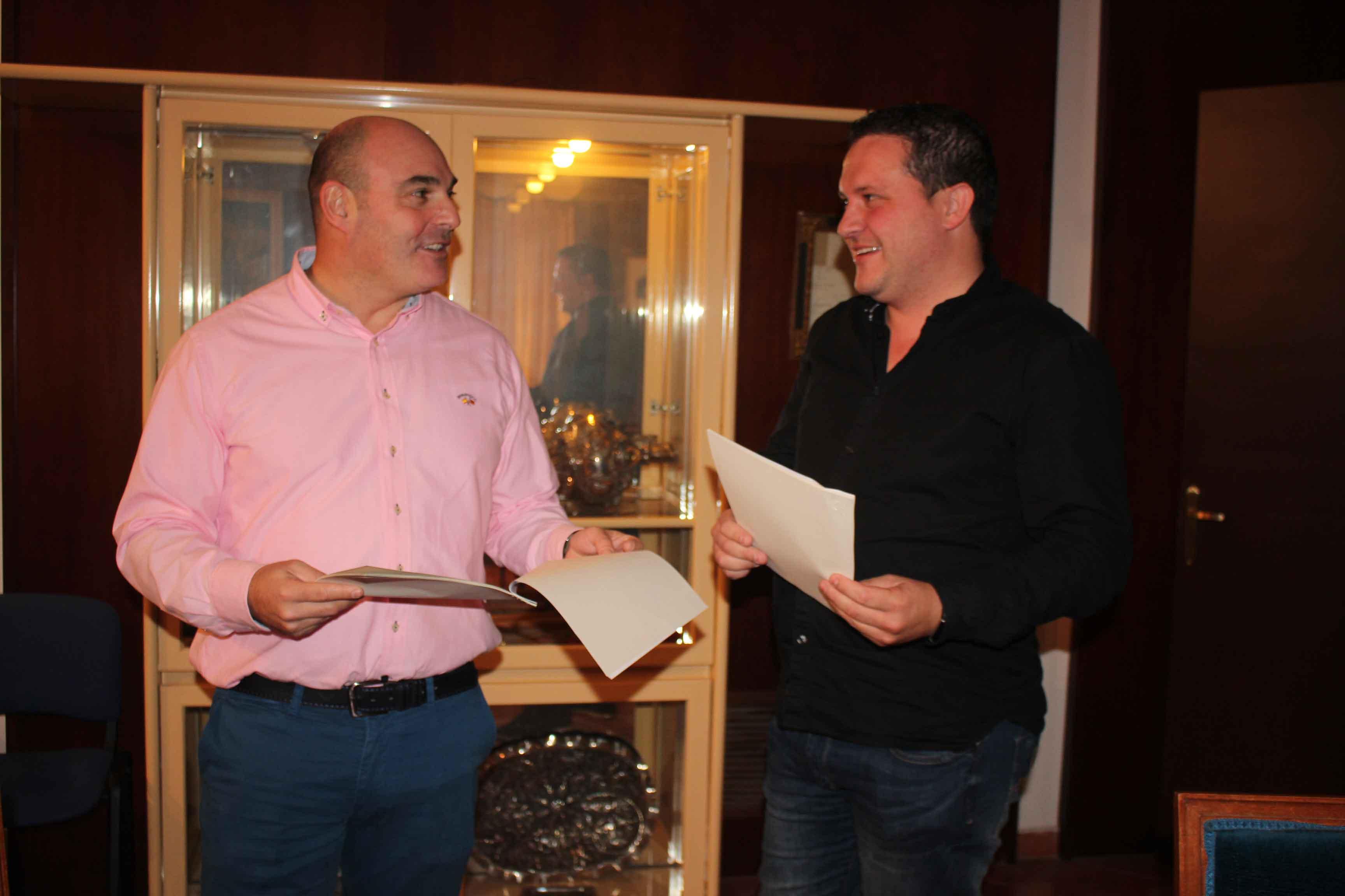 El alcalde, Juan Carlos Gracia Suso; y el gerente de Netllar, Daniel Giner, ayer tras la firma del contrato.