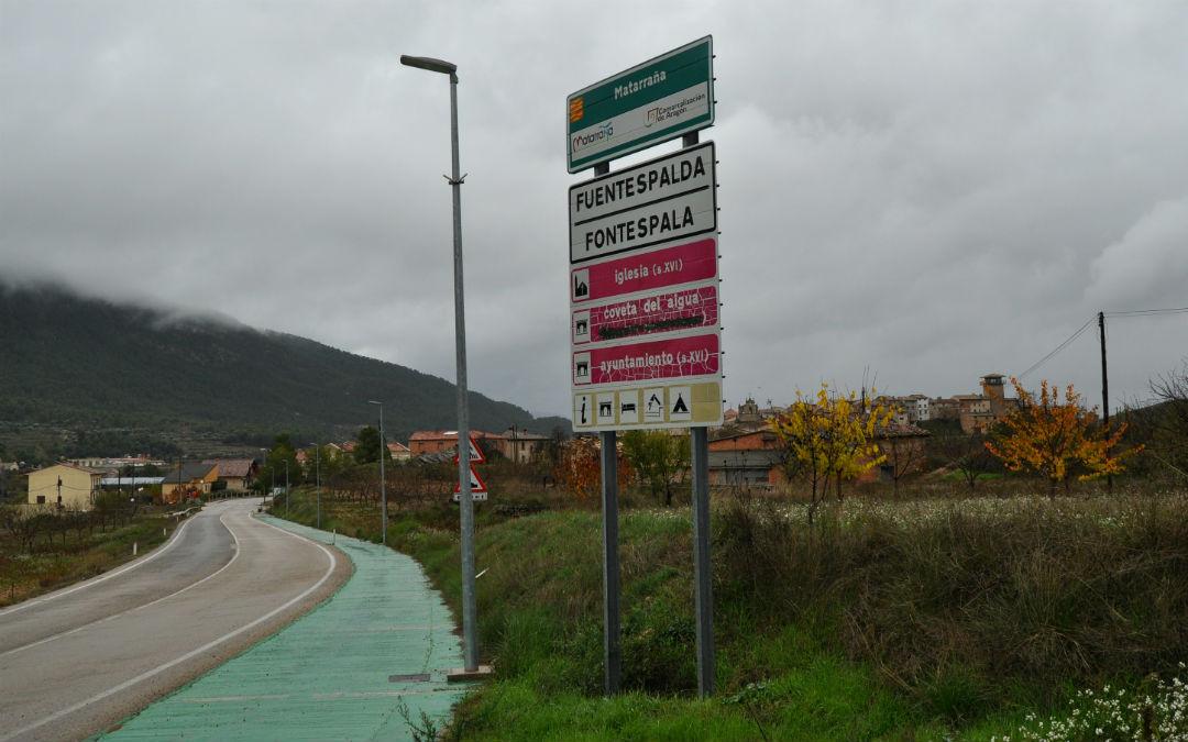 Imagen de un cartel en el Matarraña con la doble toponimia./ L.C.
