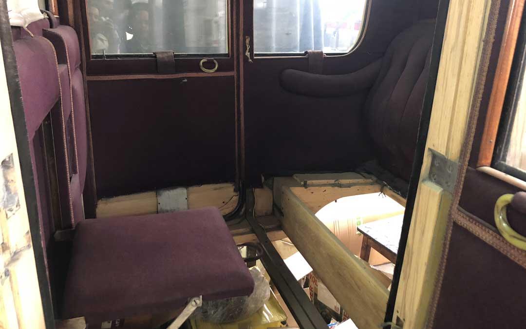 Los detalles del interior denotan que se trata de un coche de alta gama que fue propiedad de alguna personalidad de la época