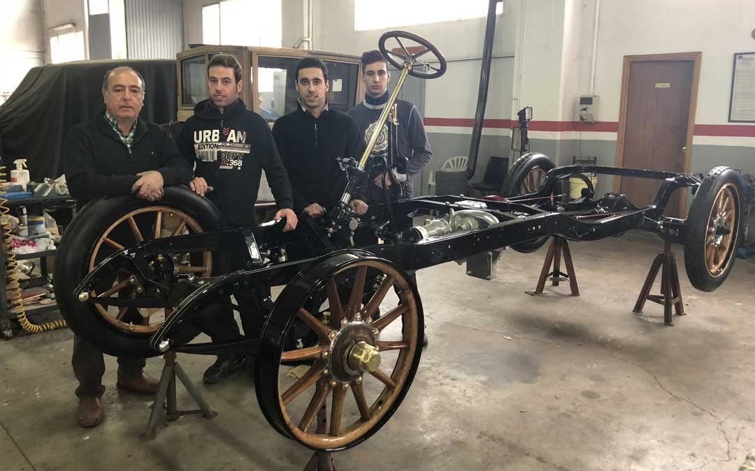 Ángel Martínez junto con sus tres hijos (Ángel, Javier y David), quienes le ayudan en la restauración del Renault Coupé Chofer EF de 1911