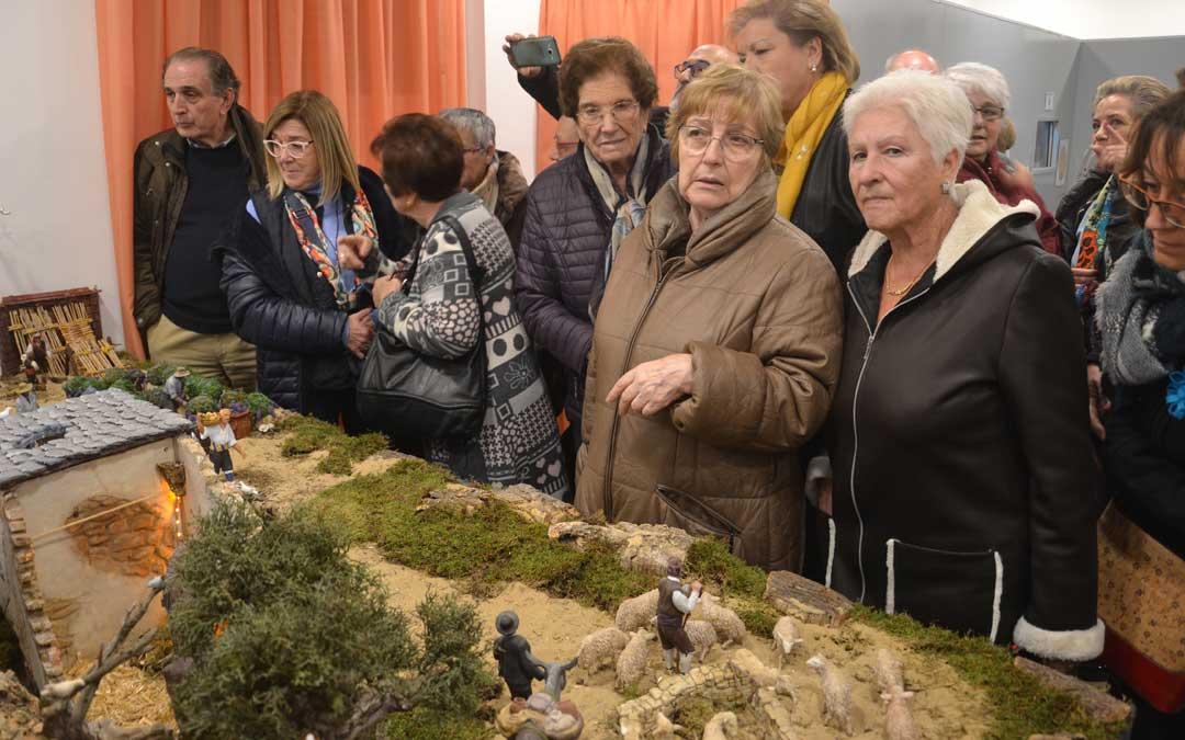 Numerosos vecinos observando el belén aragonés de Urrea