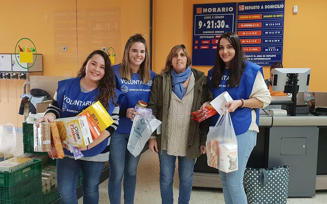 Voluntarias y donante en la recogida de alimentos