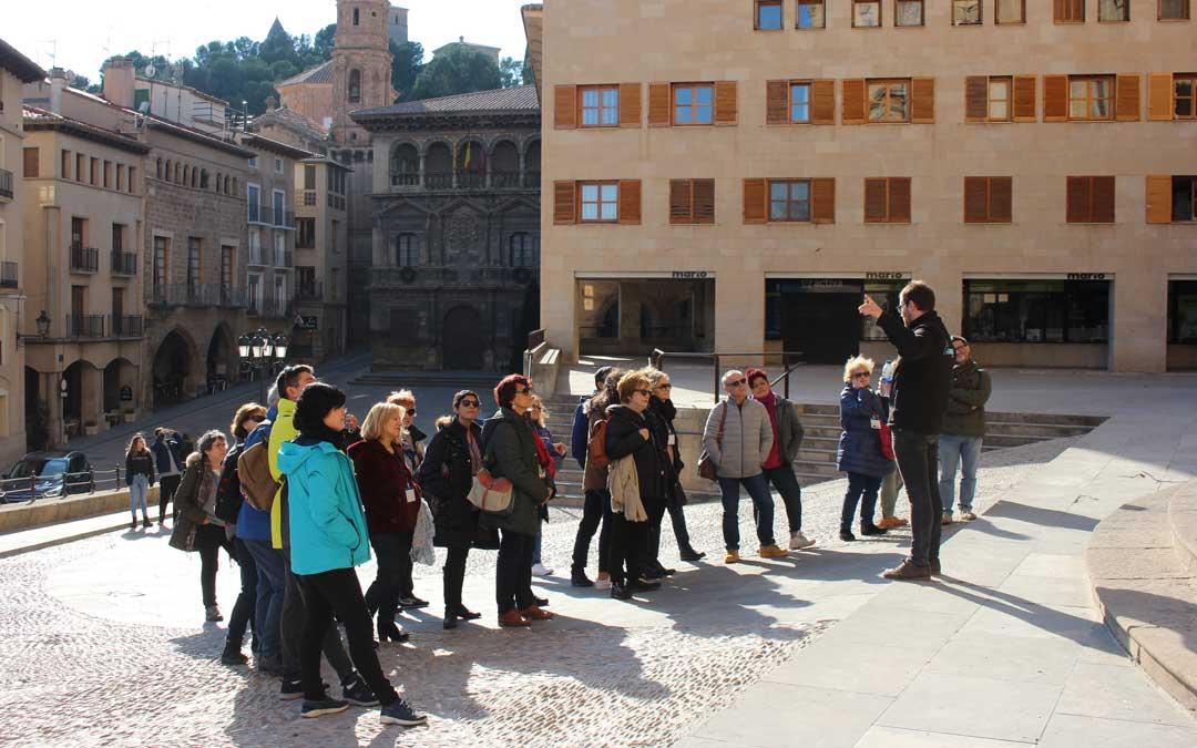 Un grupo de turistas en Alcañiz / Adrián Monserrate