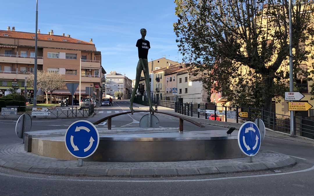 La escultura de la caminanta de Alcañiz, que regresó el viernes a la rotonda, luce una camiseta en honor a Laura Luelmo