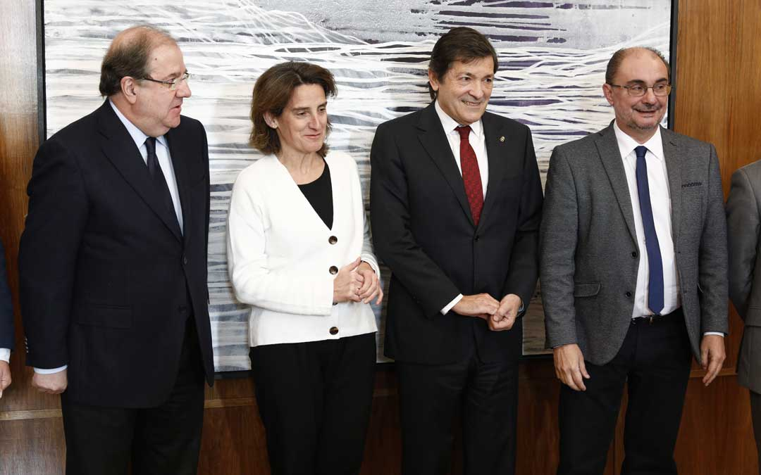 El presidente de Aragón, Javier Lambán, y sus homólogos de Asturias y Castilla y León, Javier Fernández y Juan Vicente Herrera, mantienen una reunión con la ministra de Transición Ecológica en la sede del ministerio este miércoles