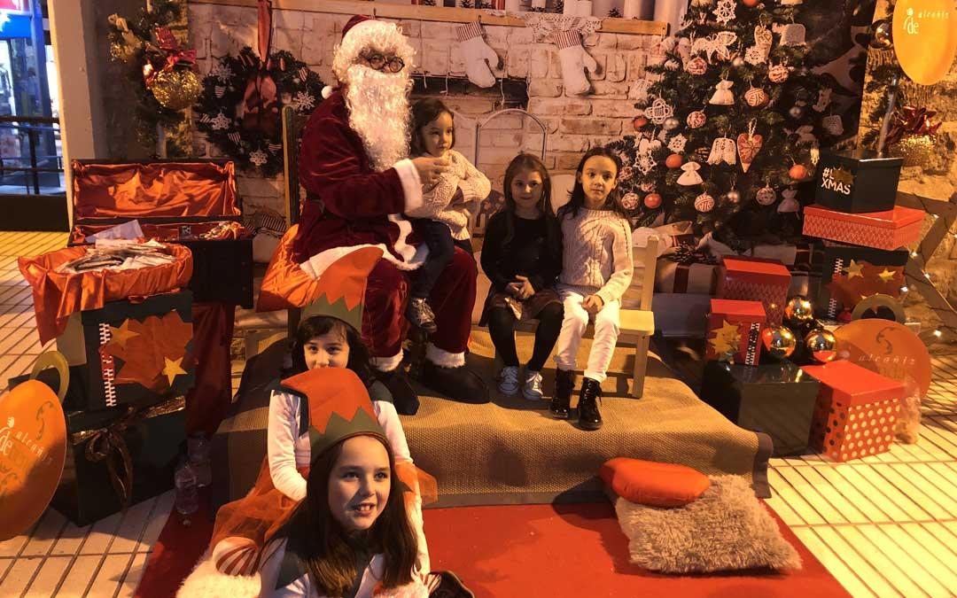 Las niñas y niños se han fotografiado con Papá Noel