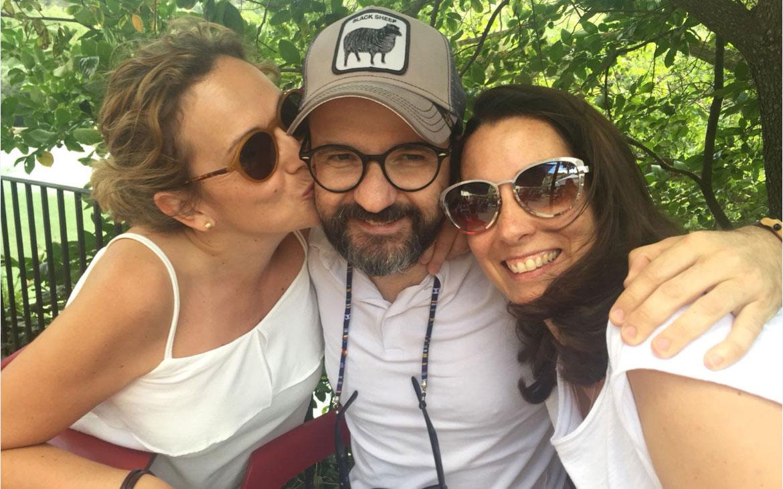 El periodista Michel Valles muere de cancer a los 40 años. En la imagen, con sus mejores amigas de la infancia matarrañense, Yolanda y María del Mar.