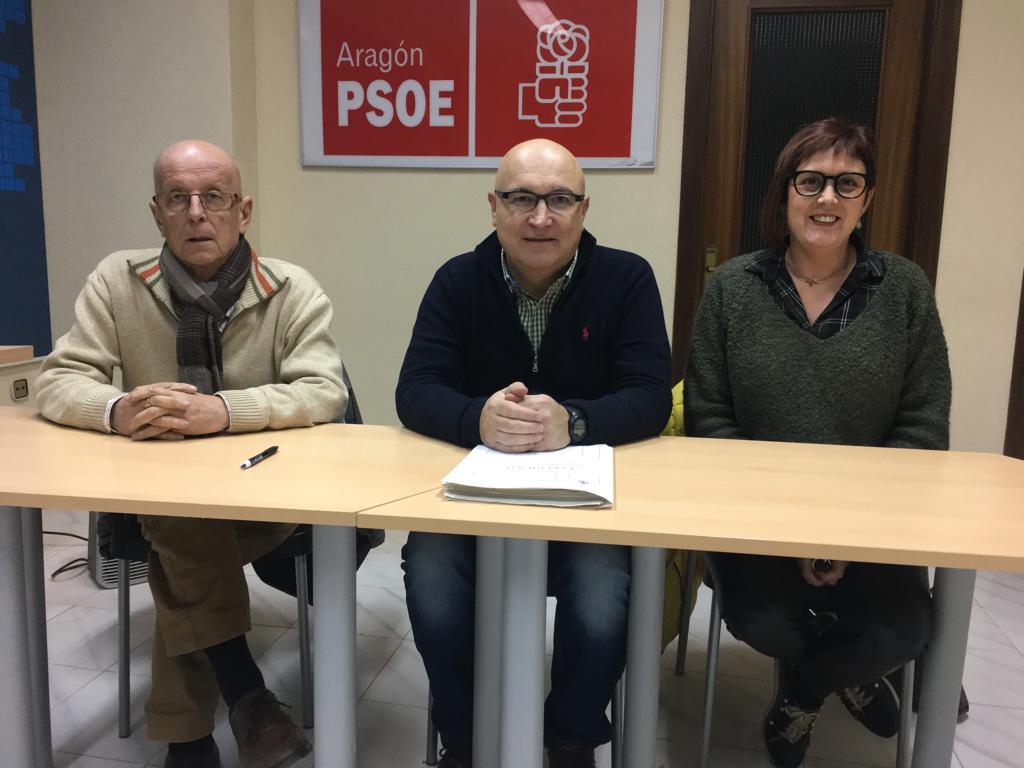 Los tres ediles del PSOE de Alcañiz, este lunes, en rueda de prensa en su sede