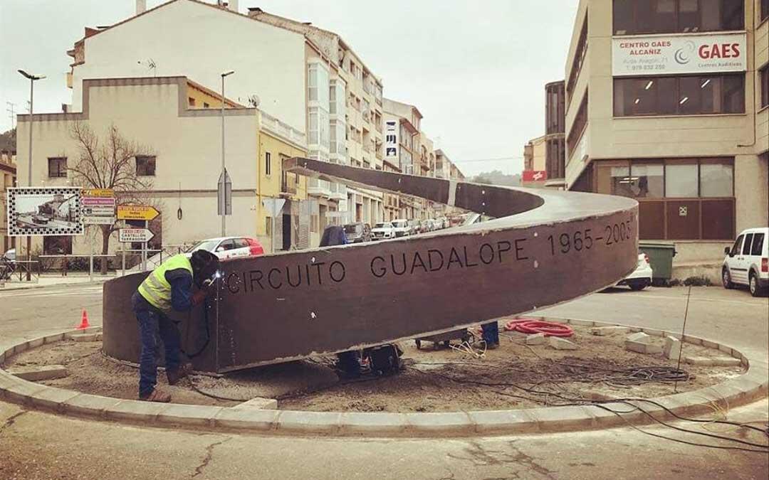 Este viernes se ha colocado la escultura dedicada al Circuito Guadalope que se inaugurará el domingo