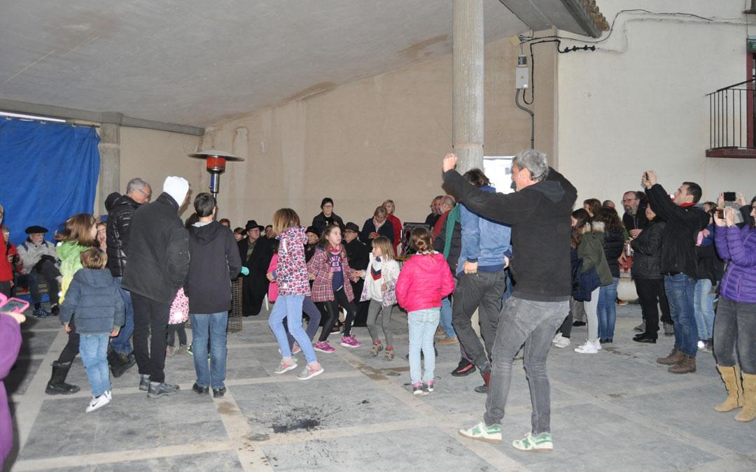 El baile contó con la participación de niños y adultos