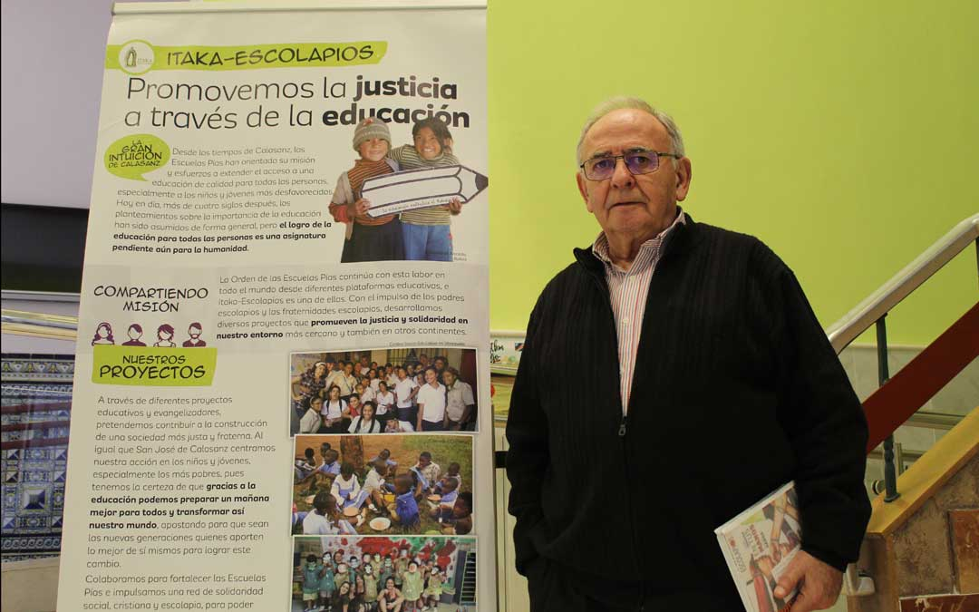 Javier Negro es uno de los bajoaragoneses por el mundo y hace unos días, en Escolapios en Alcañiz, posó junto a la campaña de Ítaka en la que Congo tiene mucho que ver.