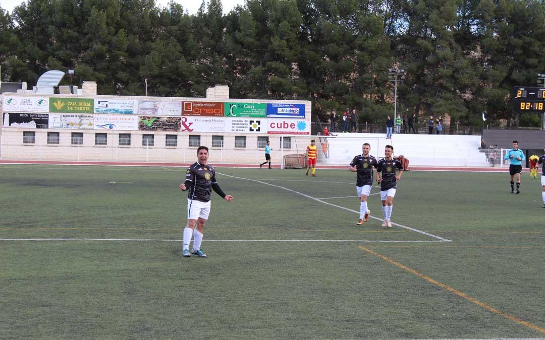 Cases celebra su gol, el tercero para el Alcañiz.
