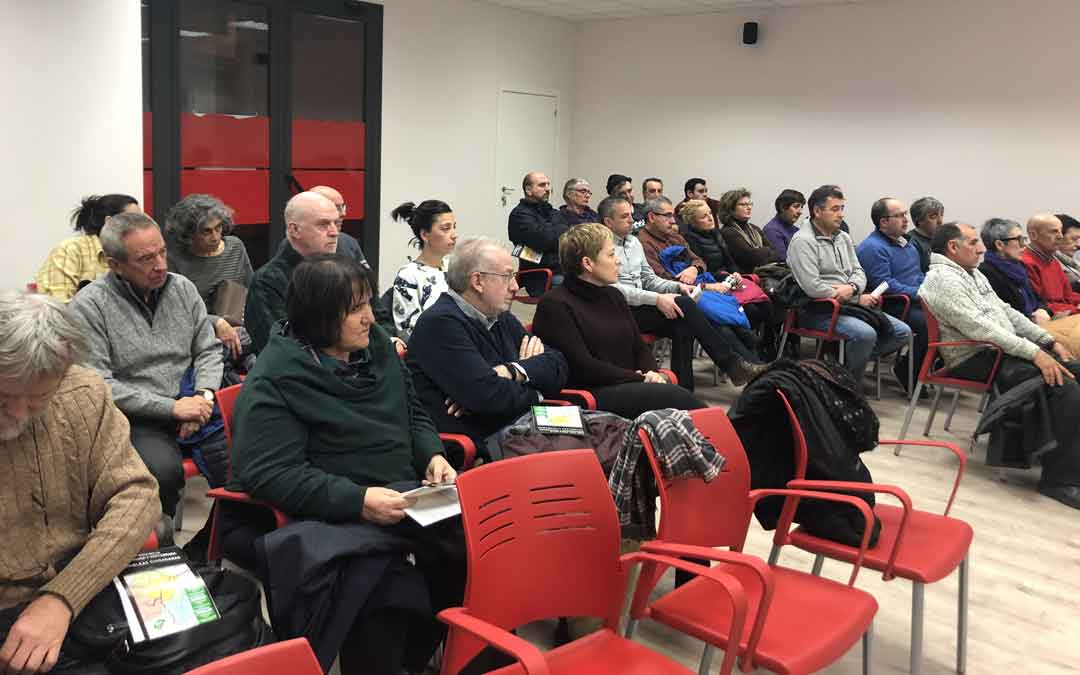 Público que ha asistido a la asamblea de Alcañiz, celebrada en el salón de actos de CC OO