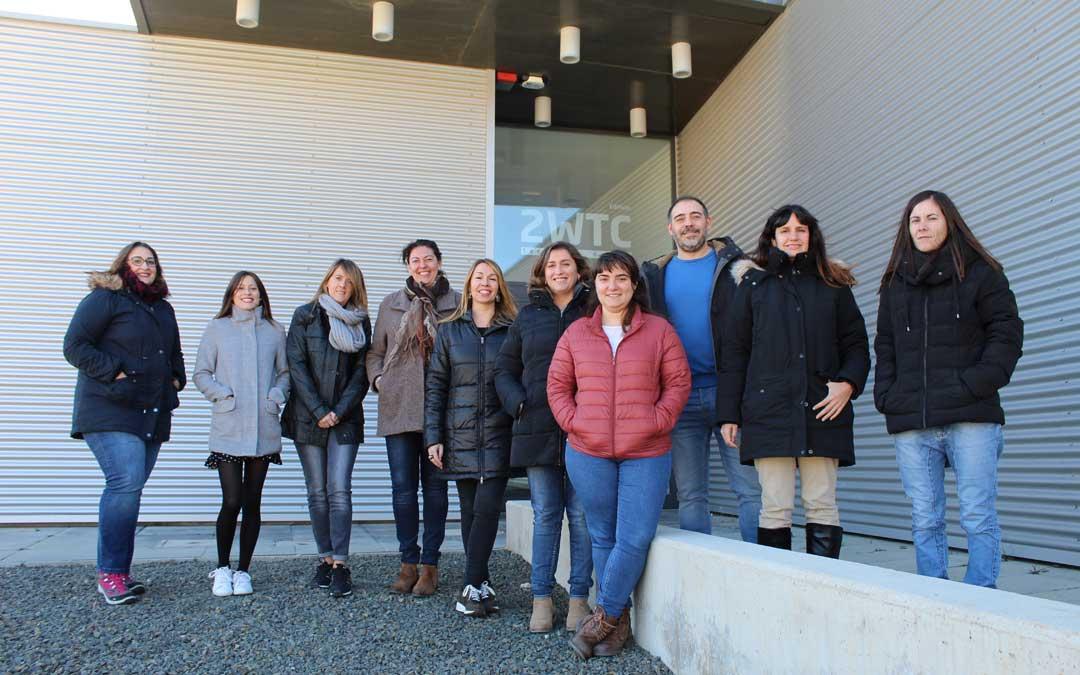 Las ocho alumnas que han terminado el Taller con el director y la docente, en las puertas del 2WTC, la que ha sido su base de operaciones durante un año para aprenderlo todo sobre ser buen digital manager.