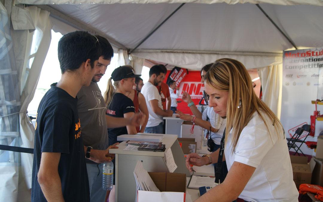 Olivia Peris, en la zona de recepción de los equipos en Motostudent.