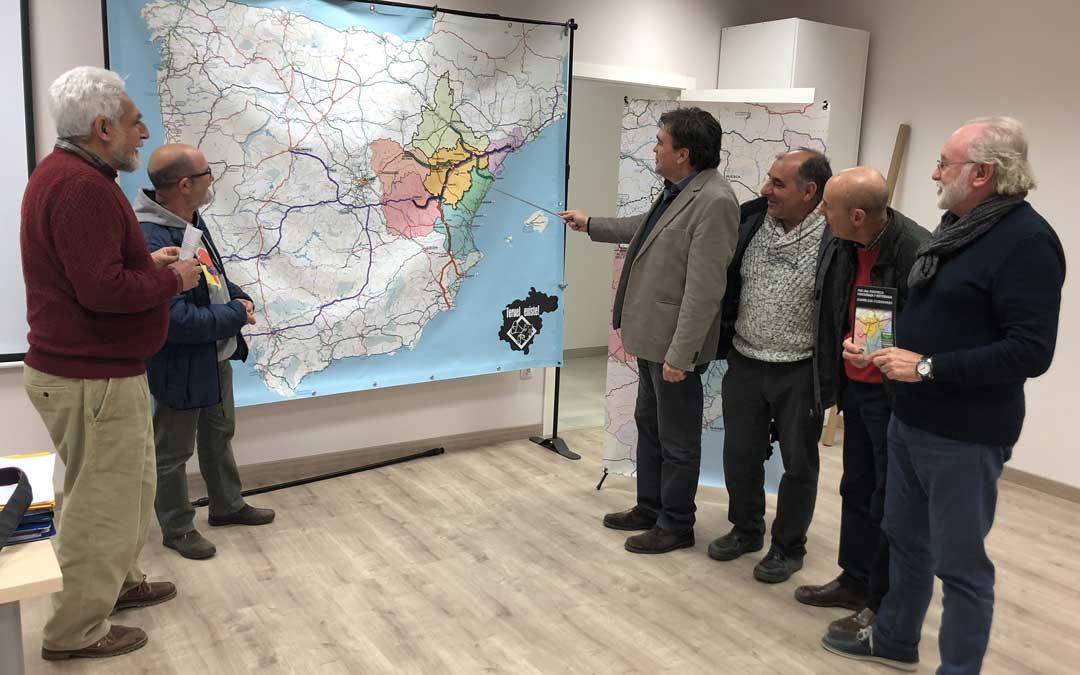 Miembros de Teruel Existe este miércoles en la asamblea que han celebrado en Alcañiz observando el mapa de la autovía que proponen