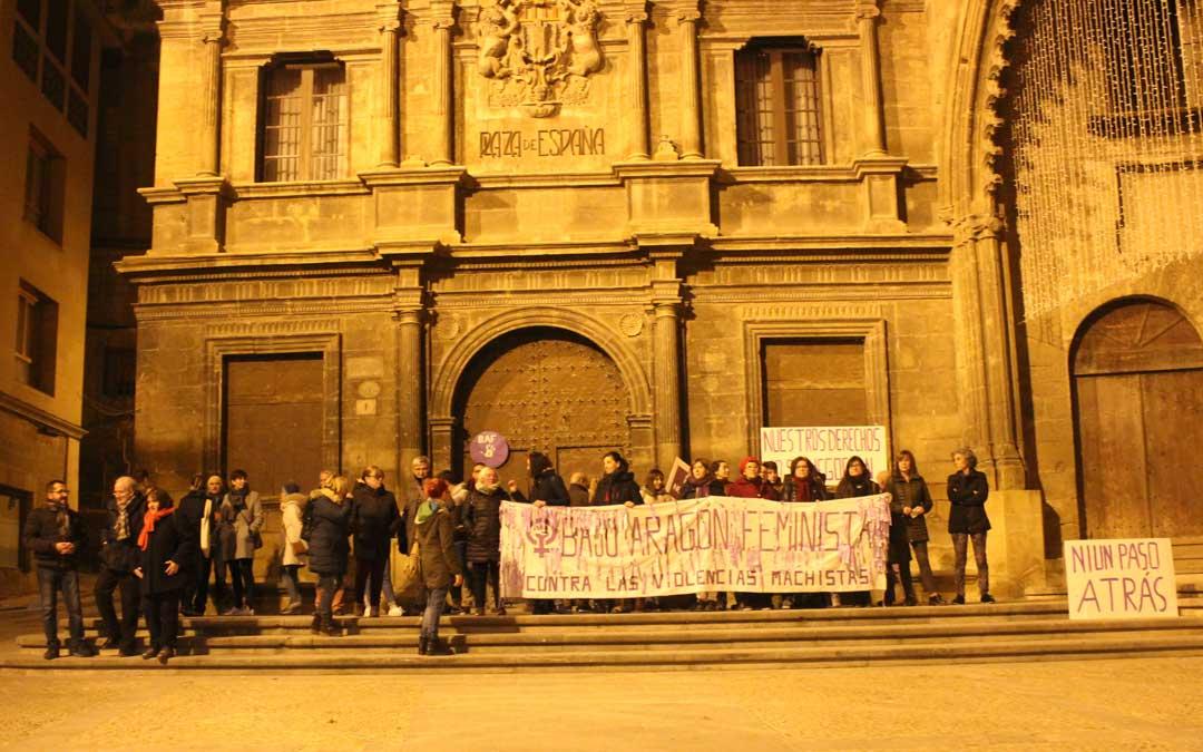 En Alcañiz alrededor de 40 personas se han concentrado en la plaza España