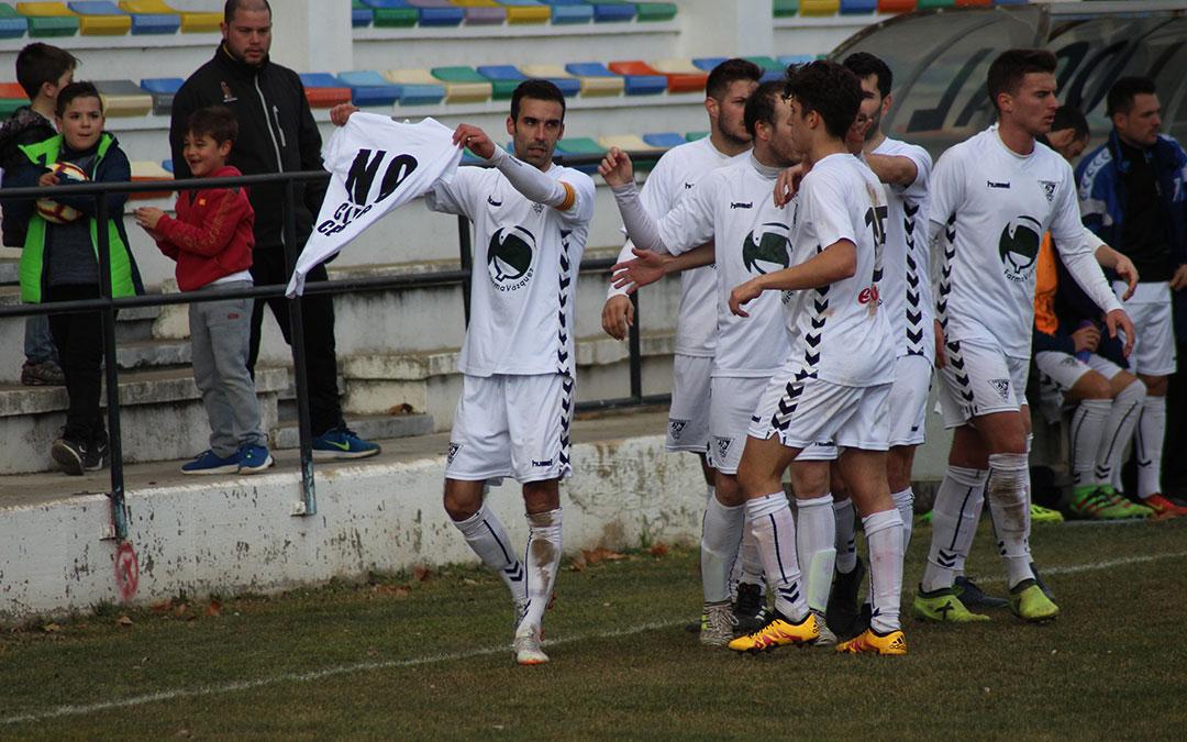 Jesús Fernández dedicó su primer gol a la grada con una camiseta en la que se podía leer: 'No al cierre de la Central'.