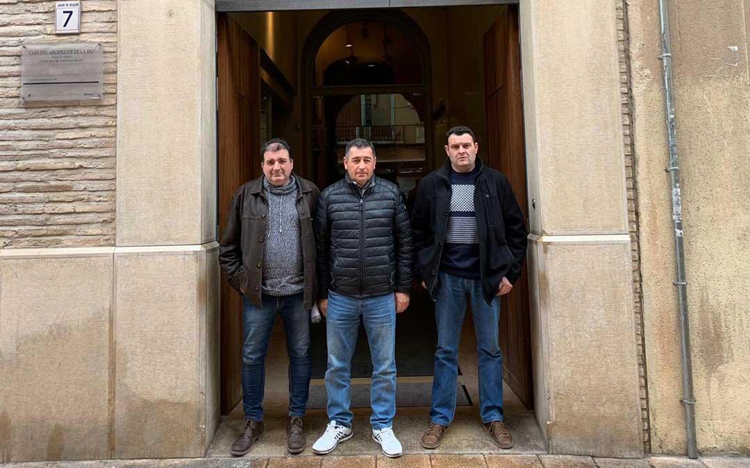 Pedro Miñana, Inocencio Lorenz y Nicolás Bespín, en la puerta del Justicia.