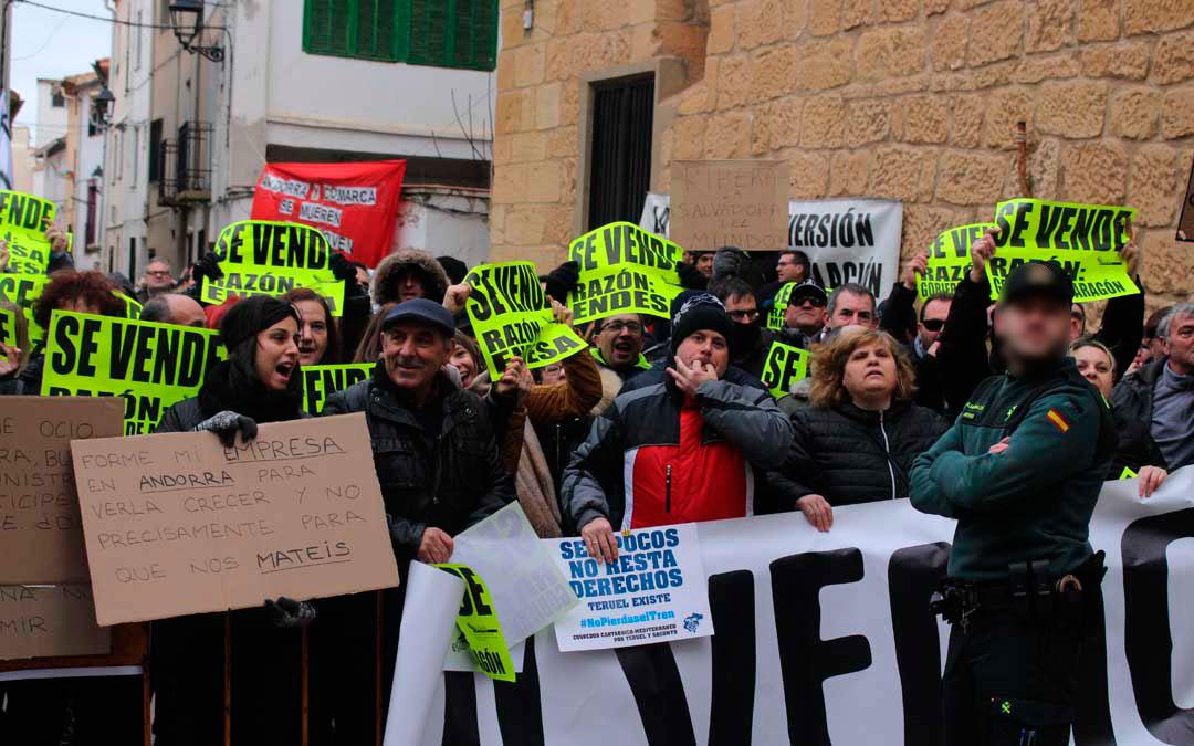 Proclamas, silbidos y abucheos en la plaza del Ayuntamiento de Andorra