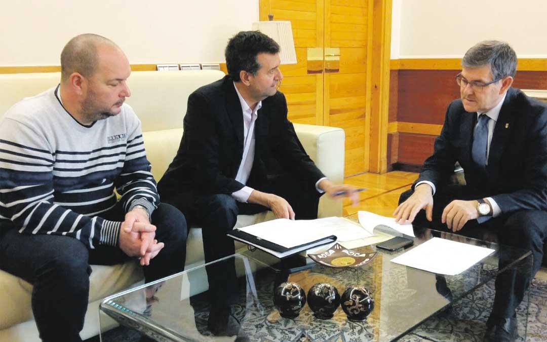 El alcalde Noé y el concejal Macipe, este jueves, con Guillén en el Pignatelli