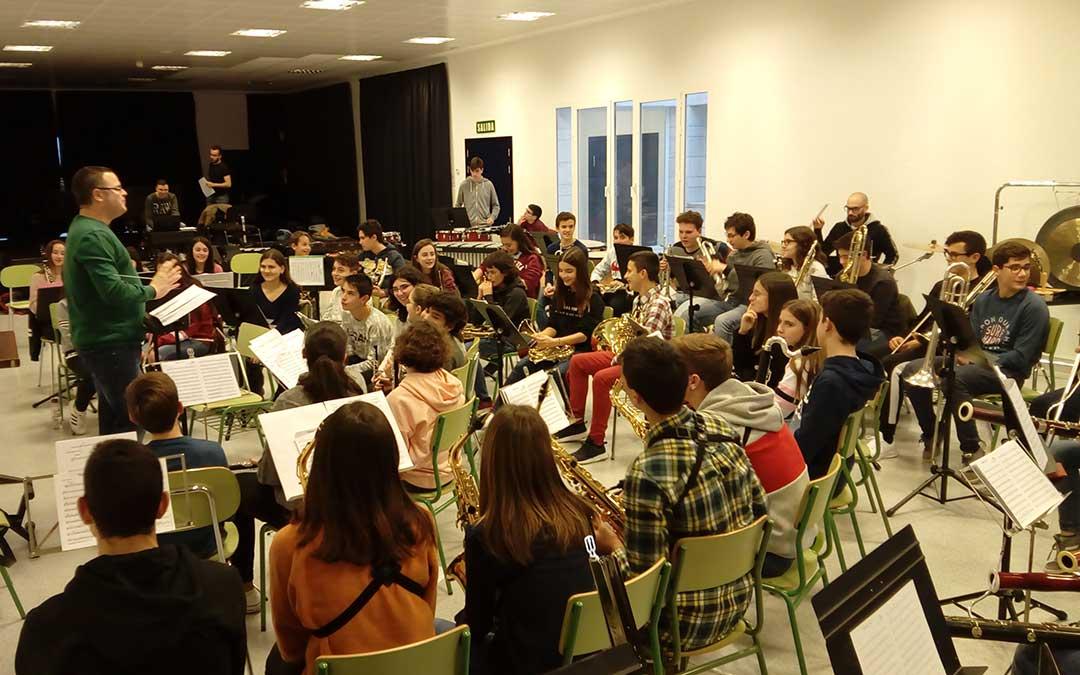 La Banda del Conservatorio de Alcañiz durante uno de los ensayos previos al concierto del viernes 11 de enero en el Teatro Municipal.
