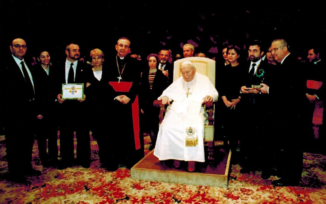 Haciendo entrega del jamón número 5 millones al Papa Juan Pablo II
