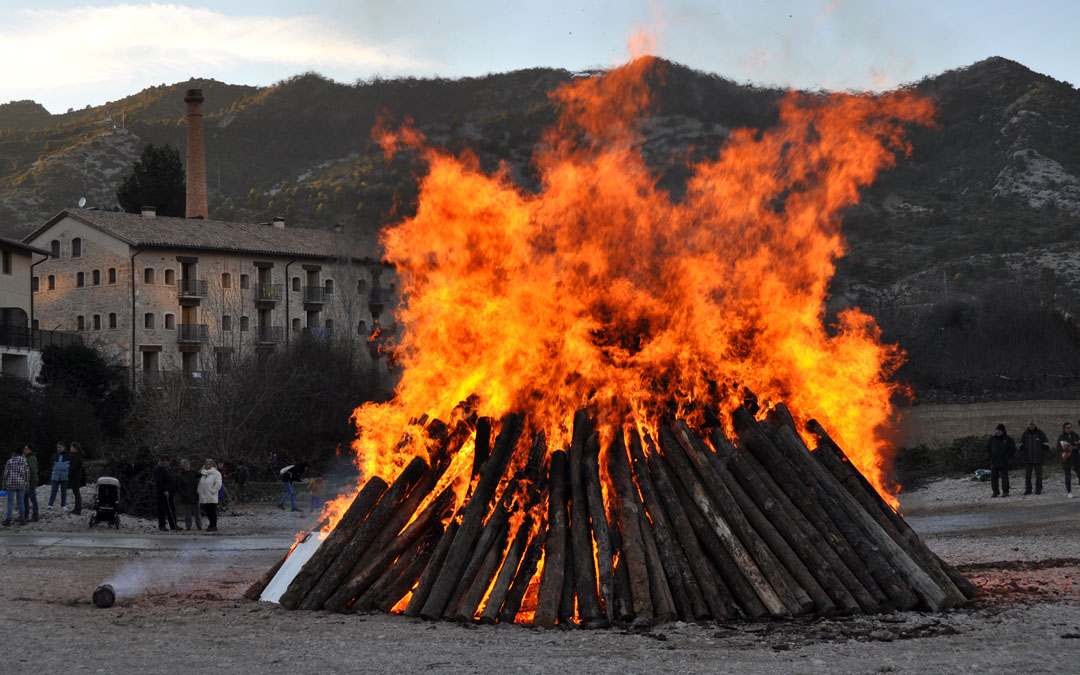 Beceite fue una de las primeras localidades en vivir el espectacular encendido de la hoguera de San Antón.
