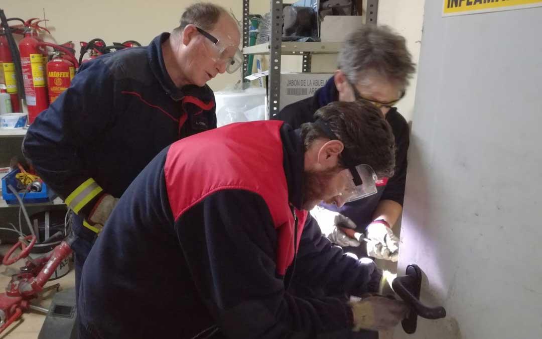 Practicando la apertura de una cerradura en la formación. l.c.
