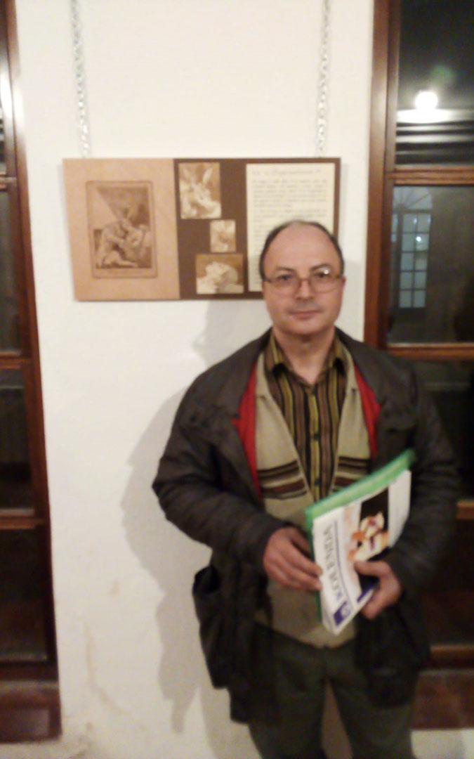 El autor de los pirograbados, Antonio Moreno, el día de la inauguración en Calanda.