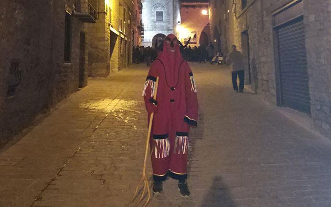 uno de los diablos de la fiesta de san antonio cantavieja