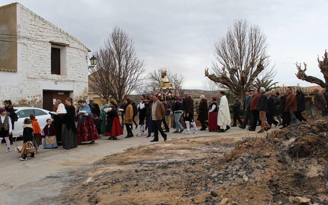 Paso de la procesión de San Valero por los restos de la hoguera que ardió en Castelnou días antes