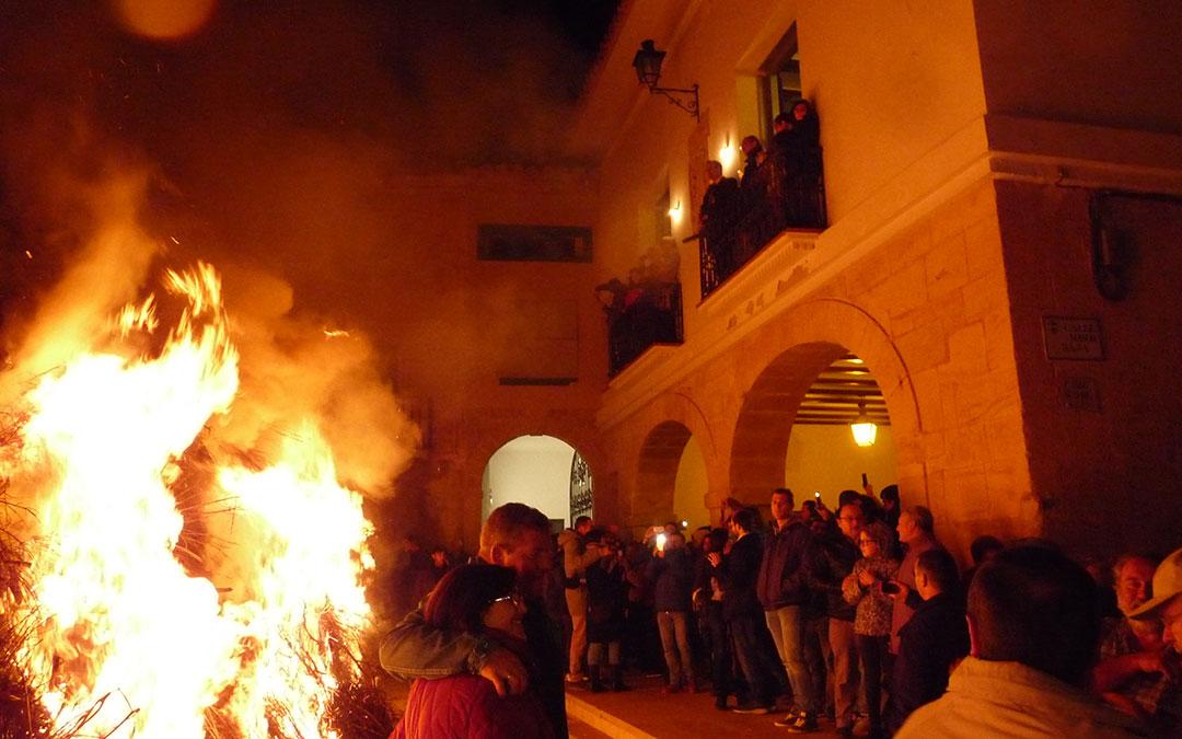 Las autoridades contemplan el fuego de la hoguera de San Sebastián de Castelserás en el 2019. /A.M.