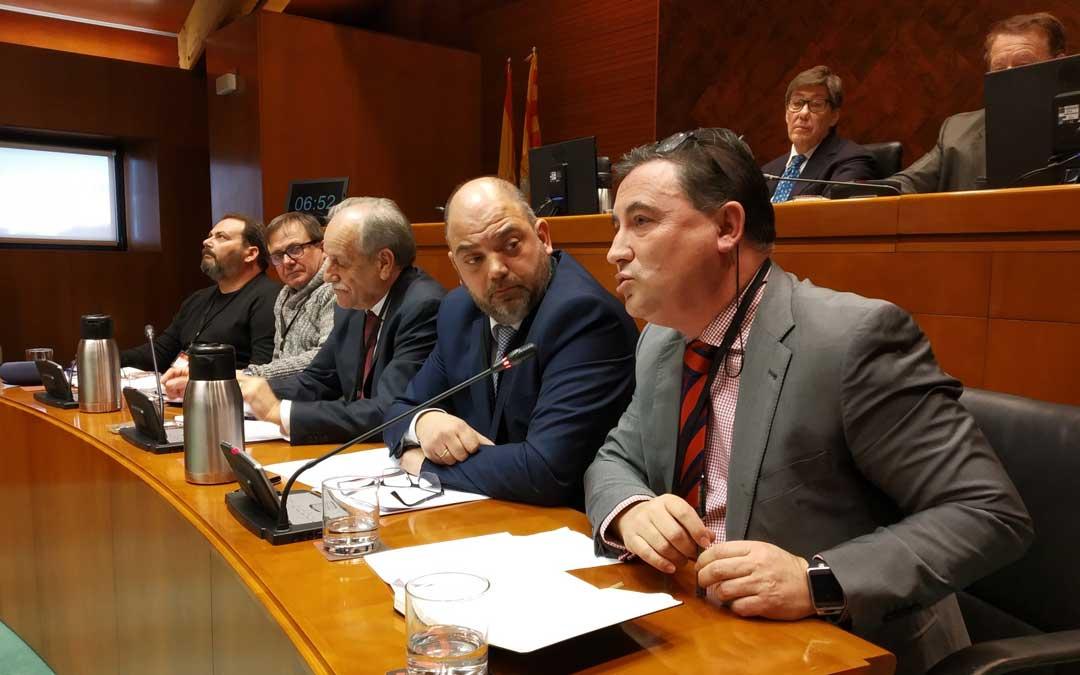 Representantes de los sindicatos y patronal, este jueves, en las Cortes