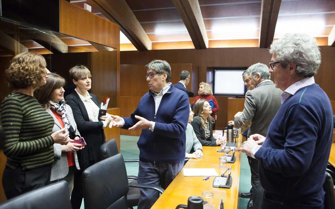 El presidente de la comisión, Aliaga, hablando con algunas de las diputadas miembros de la comisión