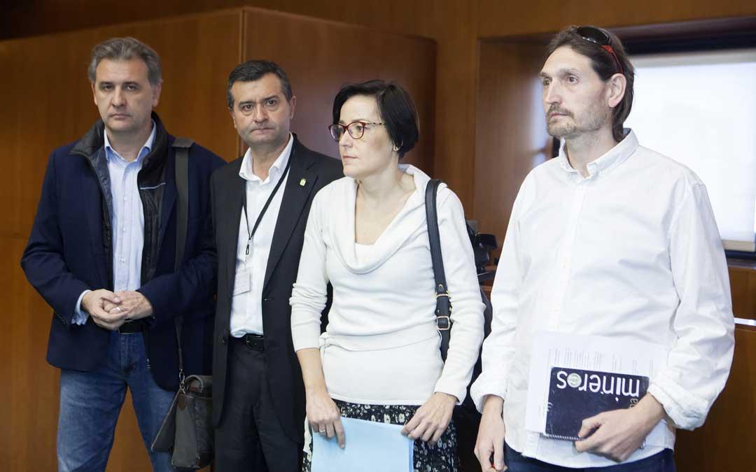 Los alcaldes de Utrillas, Joaquín Moreno; Ariño, Joaquín Noé; Andorra, Sofía Ciércoles; y Escucha, Javier Carbó; este jueves en las Cortes