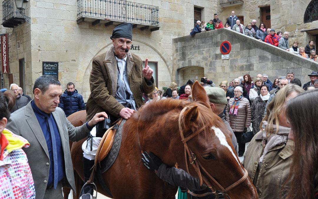 Uno de los momentos más esperados por los valderrobrenses fue cuando José Serrat, El Bicho, pronunció los denominados Dichos de San Antón.