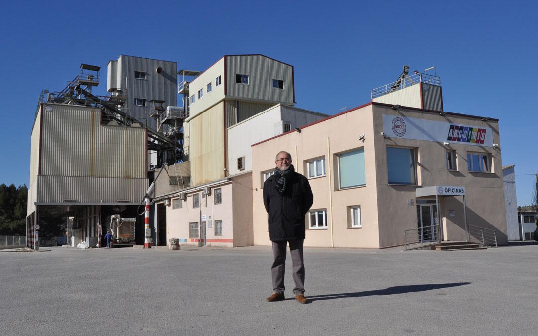 Enrique Bayona junto a la fábrica de piensos GUCO