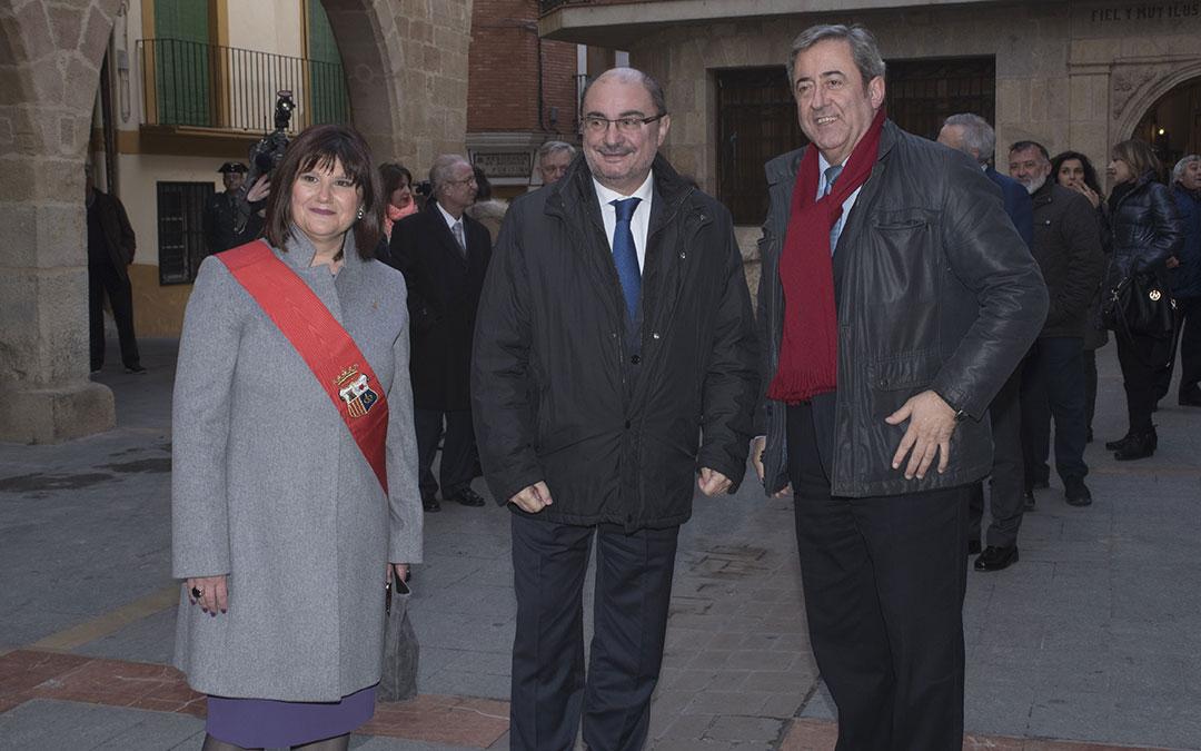 El fiscal Javier Zaragoza junto a Javier Lamban y Julia Vicente en la inauguracion de la Casa de la Villa de Alcorisa
