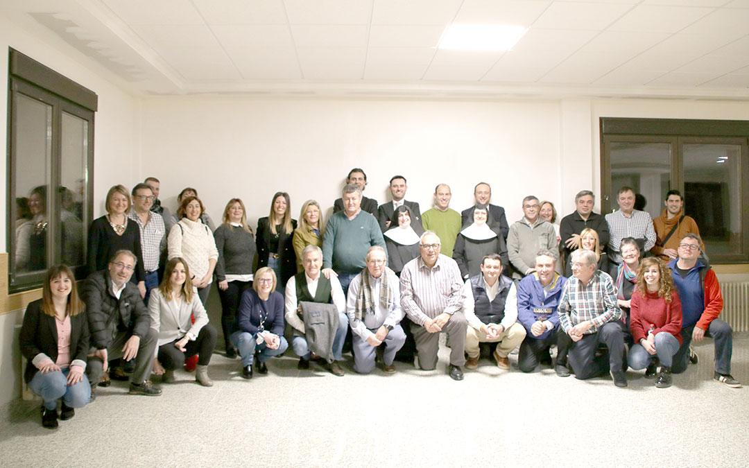 Foto de grupo de todos los asistentes al ágape, celebrado este miércoles en el Hogar Santo Ángel | Adrián Monserrate