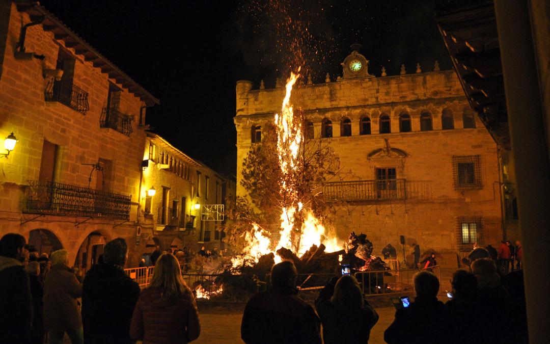 La plaza de La Fresneda fue el escenario de la hoguera de San Antón
