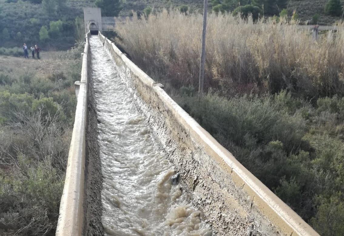 Así baja la acequia que debería suministrar el agua de boca a Aguaviva tras los vertidos de Santolea al Guadalope.