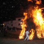 Los diablos recorrieron la hoguera durante la noche del sábado.