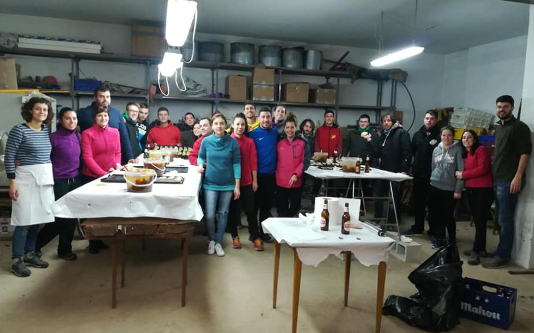 mayorales y voluntarios de la iglesuela encargados de preparar los pasteles